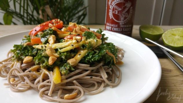 Deliciosa, crujiente, fresca y agridulce ensalada thai de soba y kale - by BeaChan